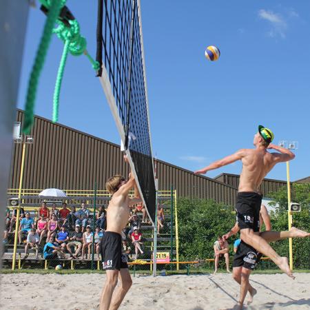 Auf 4 Beachfeldern Volleyball, Handball und Fußball spielen